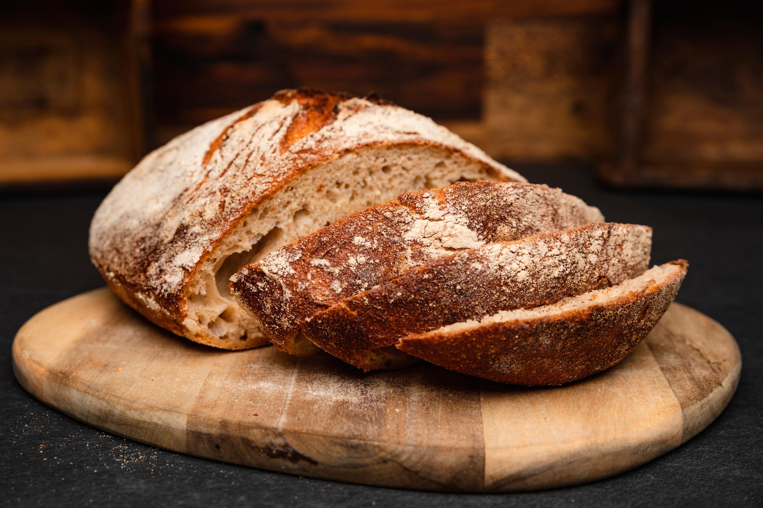 Rustikt-brød-fra-BakerybyHermann